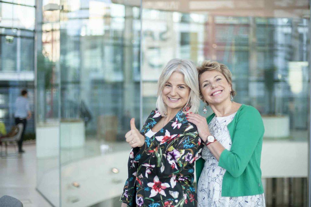 Izabela Pajor iMagda Kos razem nazdjęciu natle szklanego biurowca