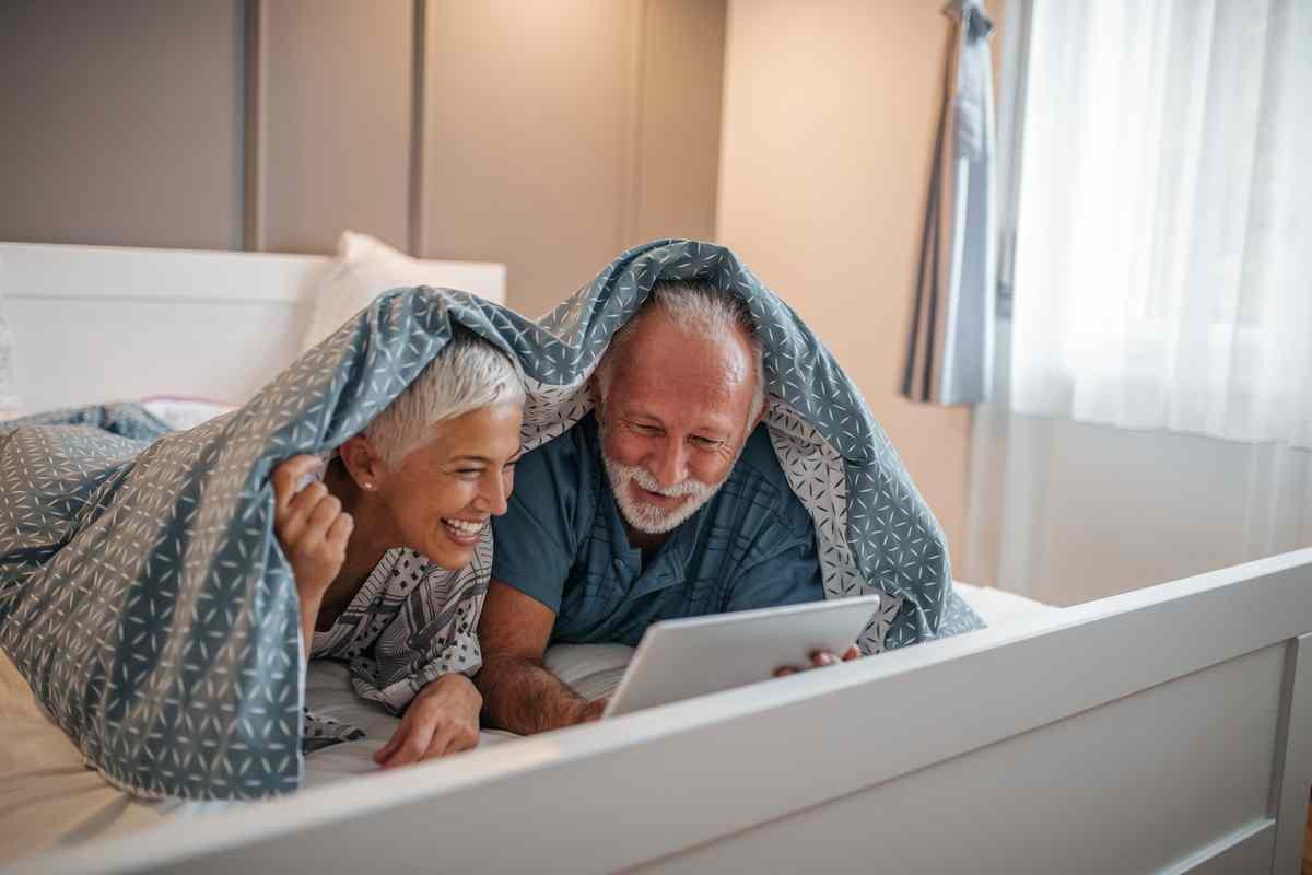 Para starszych osób przy laptopie